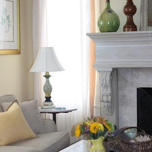 デンバーの中サイズの地中海スタイルのおしゃれなLDK (黄色い壁、無垢フローリング、標準型暖炉、石材の暖炉まわり、内蔵型テレビ) の写真