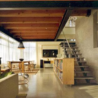 Ispirazione per un grande soggiorno moderno chiuso con pavimento in cemento, sala formale, pareti grigie, nessun camino, TV a parete e pavimento grigio