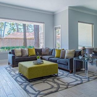 Idee per un grande soggiorno moderno aperto con pareti grigie, camino sospeso, cornice del camino in metallo, TV a parete e pavimento in gres porcellanato