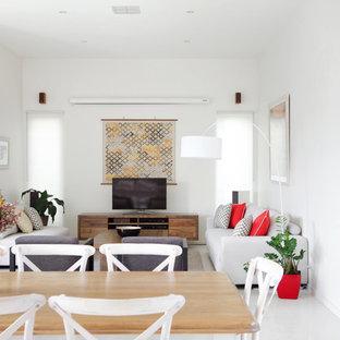 サンシャインコーストの中サイズのビーチスタイルのおしゃれなLDK (白い壁、磁器タイルの床、暖炉なし、据え置き型テレビ、白い床) の写真