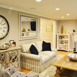 ブリッジポートの広いトランジショナルスタイルのおしゃれな独立型リビング (グレーの壁、淡色無垢フローリング、標準型暖炉、金属の暖炉まわり、壁掛け型テレビ、ベージュの床) の写真