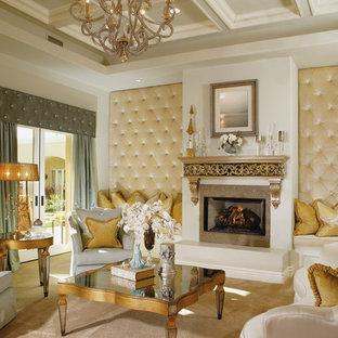 Idee per un ampio soggiorno vittoriano aperto con cornice del camino piastrellata, sala formale, moquette, camino classico, TV a parete e pareti beige