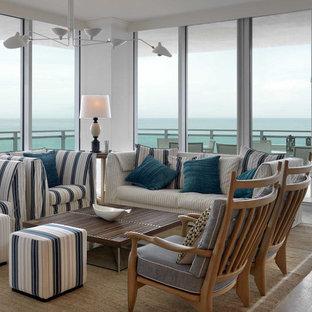Immagine di un soggiorno costiero di medie dimensioni e chiuso con sala formale, pareti bianche e pavimento in travertino