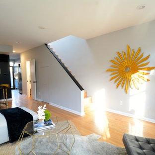Foto di un piccolo soggiorno design aperto con angolo bar, pareti nere, pavimento in bambù e pavimento giallo