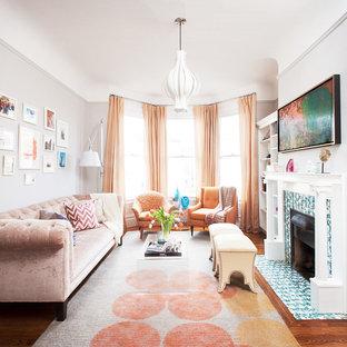 サンフランシスコの中サイズのヴィクトリアン調のおしゃれな独立型リビング (フォーマル、濃色無垢フローリング、標準型暖炉、タイルの暖炉まわり、テレビなし、グレーの壁、茶色い床) の写真