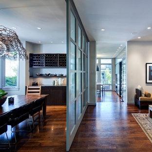 Imagen de salón contemporáneo con paredes grises