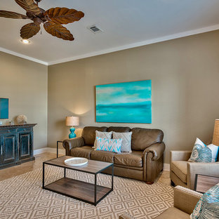 マイアミの中くらいのビーチスタイルのおしゃれなLDK (ベージュの壁、磁器タイルの床、暖炉なし、据え置き型テレビ) の写真