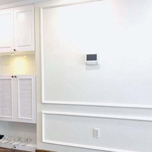 他の地域の中サイズのアジアンスタイルのおしゃれなLDK (フォーマル、白い壁、竹フローリング、横長型暖炉、レンガの暖炉まわり、壁掛け型テレビ、白い床) の写真