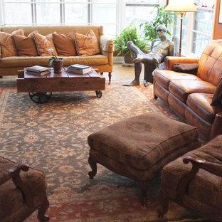 Diseño de salón para visitas cerrado, tradicional, grande, sin chimenea y televisor, con suelo de madera en tonos medios y parades naranjas