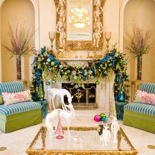 Modelo de salón para visitas mediterráneo con paredes beige, chimenea tradicional y suelo beige
