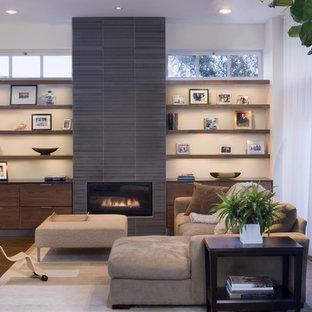 Exempel på ett modernt vardagsrum, med en spiselkrans i trä