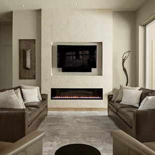 Modelo de salón abierto, contemporáneo, de tamaño medio, con paredes grises, suelo de travertino, televisor colgado en la pared, suelo beige y chimenea lineal