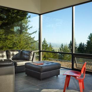 Esempio di un soggiorno minimalista di medie dimensioni e aperto con pareti bianche e pavimento in ardesia