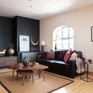 Foto di un soggiorno chic di medie dimensioni e chiuso con parquet chiaro, pavimento beige, sala formale e pareti beige