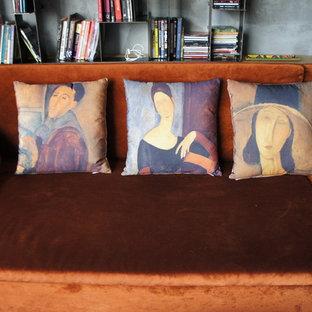 Immagine di un grande soggiorno minimalista aperto con libreria, pareti multicolore, pavimento in laminato e TV autoportante