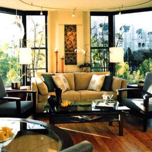 サンディエゴの中サイズのアジアンスタイルのおしゃれなLDK (フォーマル、ベージュの壁、竹フローリング) の写真