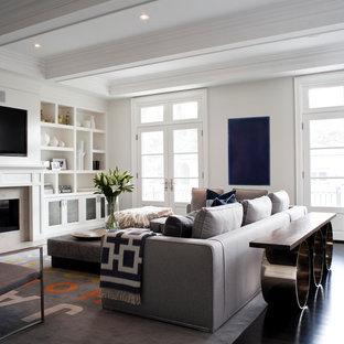 Klassisches Wohnzimmer mit weißer Wandfarbe und Multimediawand in Toronto
