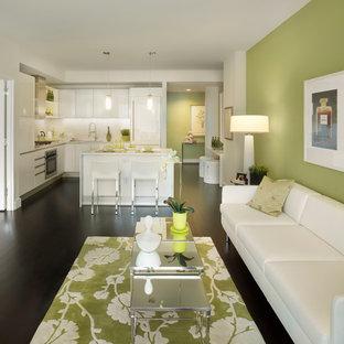 Idee per un soggiorno design aperto con pareti verdi, parquet scuro e pavimento nero