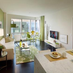 Diseño de salón abierto, minimalista, pequeño, con paredes verdes, suelo de madera oscura y televisor independiente