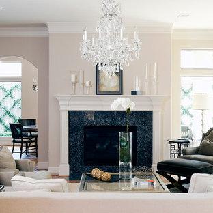 Ejemplo de salón cerrado, clásico, sin televisor, con paredes beige y suelo de madera en tonos medios