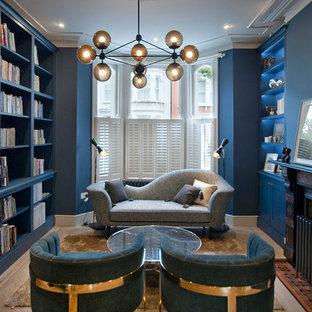 Exempel på ett modernt separat vardagsrum, med blå väggar, ljust trägolv, en standard öppen spis, ett bibliotek och beiget golv