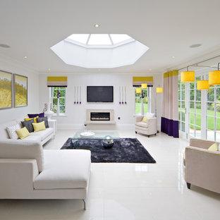 Foto på ett funkis vardagsrum, med vita väggar, en bred öppen spis och vitt golv