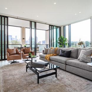 Idee per un soggiorno minimal di medie dimensioni e aperto con pareti bianche, parquet chiaro, stufa a legna e nessuna TV
