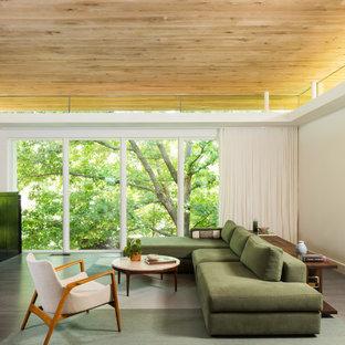 Cette image montre un salon minimaliste de taille moyenne et ouvert avec un mur blanc, un sol en bois foncé, cheminée suspendue et un téléviseur dissimulé.