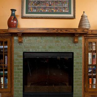 Esempio di un soggiorno stile americano aperto con libreria, stufa a legna e cornice del camino piastrellata