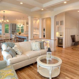 Immagine di un soggiorno tradizionale aperto con pareti beige