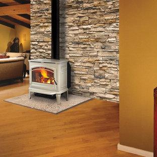 Esempio di un soggiorno stile rurale di medie dimensioni e chiuso con sala formale, pareti beige, parquet scuro, stufa a legna, cornice del camino in metallo, nessuna TV e pavimento marrone