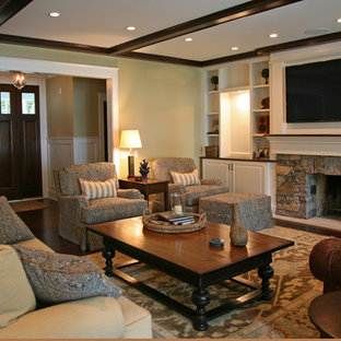 Example of a classic living room design in Milwaukee