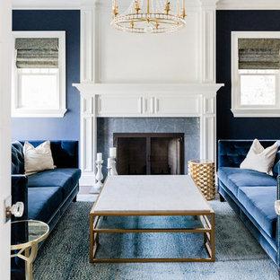 Großes, Repräsentatives, Abgetrenntes Modernes Wohnzimmer mit blauer Wandfarbe, braunem Holzboden, Kamin, gefliester Kaminumrandung und braunem Boden in Milwaukee