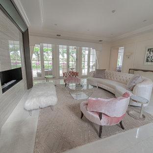 マイアミの大きいシャビーシック調のおしゃれなLDK (フォーマル、白い壁、磁器タイルの床、横長型暖炉、タイルの暖炉まわり、白い床、テレビなし) の写真
