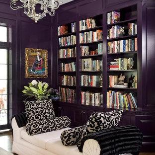 Foto di un soggiorno tradizionale di medie dimensioni e chiuso con libreria, pareti viola, parquet scuro, nessun camino e nessuna TV