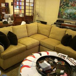 Mittelgroßes, Repräsentatives, Fernseherloses, Offenes Klassisches Wohnzimmer mit gelber Wandfarbe, braunem Holzboden und braunem Boden in New York