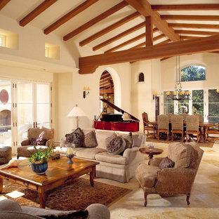 Inspiration pour un très grand salon méditerranéen avec une salle de musique et un mur beige.