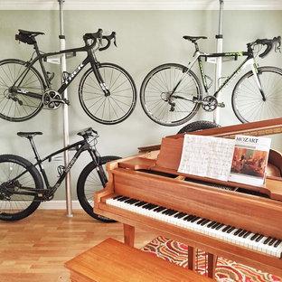Ispirazione per un piccolo soggiorno american style chiuso con sala della musica, pareti verdi e pavimento in legno massello medio