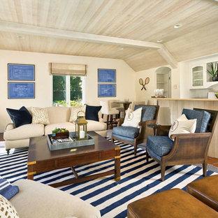 Exempel på ett stort maritimt loftrum, med en hemmabar, beige väggar, klinkergolv i terrakotta och rött golv