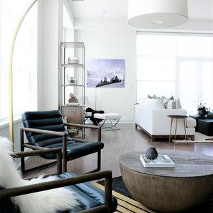 Idee per un ampio soggiorno contemporaneo stile loft con pareti bianche, pavimento in legno massello medio, camino sospeso, cornice del camino in pietra, TV a parete e pavimento marrone