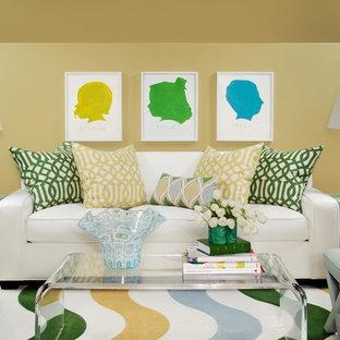 Imagen de salón abierto, clásico, grande, con paredes amarillas y suelo de madera en tonos medios