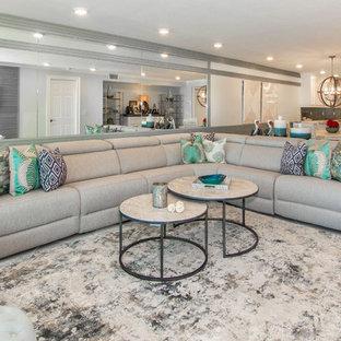 タンパの中サイズのビーチスタイルのおしゃれな独立型リビング (緑の壁、セラミックタイルの床、白い床、フォーマル、暖炉なし、壁掛け型テレビ) の写真