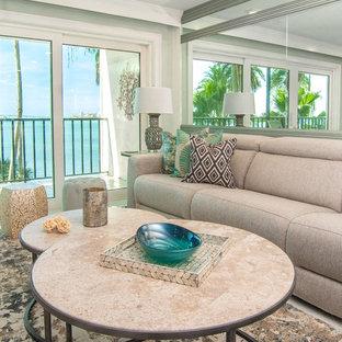 タンパの中くらいのビーチスタイルのおしゃれな独立型リビング (緑の壁、セラミックタイルの床、白い床、フォーマル、暖炉なし、壁掛け型テレビ) の写真