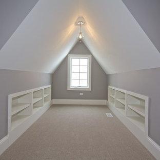 Mittelgroßes, Fernseherloses, Offenes Maritimes Wohnzimmer ohne Kamin mit lila Wandfarbe und Teppichboden in Chicago