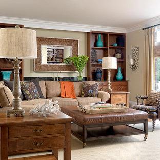 Inredning av ett maritimt stort separat vardagsrum, med en hemmabar, beige väggar, mellanmörkt trägolv, en dubbelsidig öppen spis, en spiselkrans i tegelsten och en inbyggd mediavägg