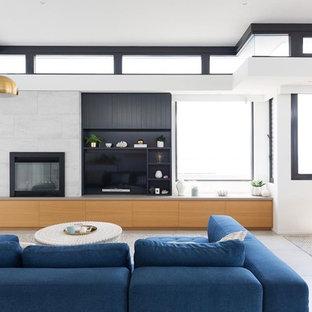 Bild på ett funkis allrum med öppen planlösning, med vita väggar, klinkergolv i keramik, en spiselkrans i trä, grått golv och en väggmonterad TV