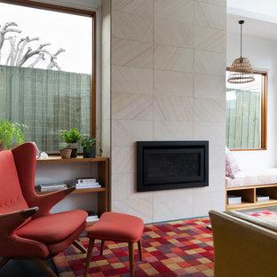 Diseño de salón abierto, contemporáneo, con paredes blancas, suelo de linóleo, marco de chimenea de piedra y suelo turquesa