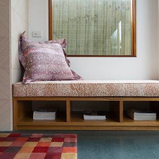 Esempio di un soggiorno minimal aperto con pareti bianche, pavimento in linoleum, cornice del camino in pietra e pavimento turchese