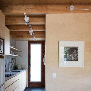Modelo de salón tipo loft, machihembrado y madera, contemporáneo, pequeño, madera, con suelo de cemento, televisor colgado en la pared y madera