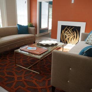 Diseño de salón actual, de tamaño medio, con parades naranjas, suelo de madera clara y chimenea tradicional